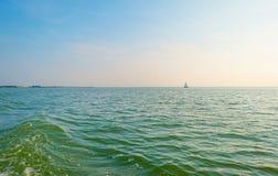 Żeglowanie łodzi żeglowanie na jeziorze przy zmierzchem Zdjęcia Royalty Free