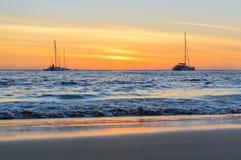 Żeglowanie łodzie na morzu przy zmierzchem Zdjęcie Royalty Free