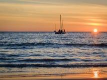 Żeglowanie łodzie na morzu przy zmierzchem Zdjęcie Stock