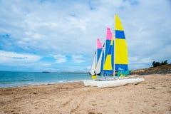 Żeglowanie łodzie na plaży fotografia stock