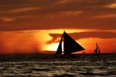 Żeglowanie łodzie przy zmierzchem Fotografia Stock