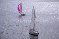 Żeglowanie łodzie w morzu Jachty żegluje w oceanie Żeglowań naczynia zdjęcie stock