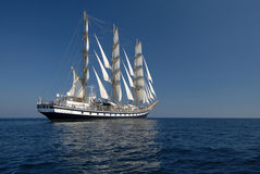 Żeglowanie fregata pod pełnym żaglem w oceanie Zdjęcia Royalty Free