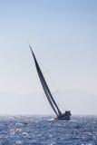 Żeglowanie jacht na błękitnym morzu w wiatrze Fotografia Stock