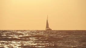 Żeglowanie jacht na tle zmierzch Jacht sylwetka w oceanie przy zmierzchem Jacht turystyka, romantyczna wycieczka zbiory