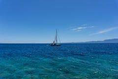 Żeglowanie jacht w morzu egejskim, widok od portu zdjęcie stock