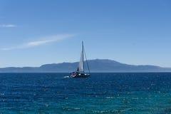 Żeglowanie jacht w morzu egejskim, widok od portu fotografia royalty free