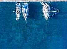 Żeglowanie jachty cumujący drewniani mola Odgórny widok obraz royalty free
