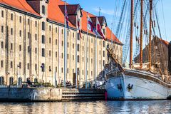 Żeglowanie statek przed Kulturalnym centrum Kopenhaga zdjęcie stock