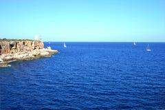 ŻEGLOWANIE statki PRZY morzem śródziemnomorskim zdjęcie stock