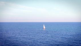 Żeglowanie statku jacht z bielem żegluje przy otwartym morzem zdjęcie wideo