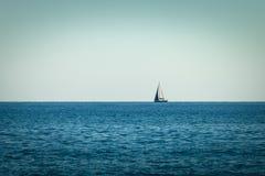 Żeglowanie statku jachty z żaglami w otwartym morzu fotografia stock