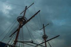 Żeglowanie statku maszty przeciw burzowemu niebu zdjęcia stock