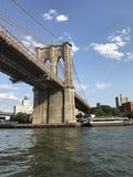 Żeglujący Pod mostem brooklyńskim, NYC Obraz Royalty Free