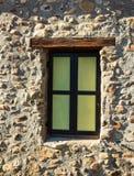 Żelazna żaluzja na starym okno w kamiennej ściany domu fotografia stock