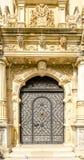 Żelazna brama przy pałac z barokowymi szczegółami Obrazy Royalty Free
