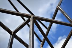 Żelazna budowa z nieba tłem Fotografia Royalty Free