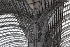 Żelazna dachowa budowa główna stacja wewnątrz, Frankfurt magistrala, Germany - jest - zdjęcie stock