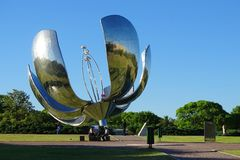 Żelazna duża kwiat rzeźba z energią słoneczną w Buenos Aires, Argentyna Obraz Stock