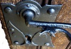 Żelazna retro klasyczna drzwiowa rękojeść i kędziorek na starym drewnianym drzwi obraz stock