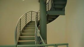 Żelazny ślimakowaty schody iluminujący lampami, skomplikowany sposób up, kariery drabina zdjęcie wideo