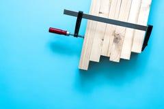Żelazny kahat z czerwoną rękojeścią wiąże wpólnie kilka deski różni poziomy na błękitnym tle zdjęcia stock