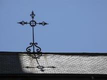 Żelazny krzyż na łupkowym dachu Hiszpania zdjęcia stock
