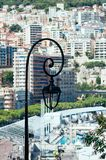 Żelazny lampionu światło przeciw Monaco zatoki słonecznemu dniu fotografia royalty free