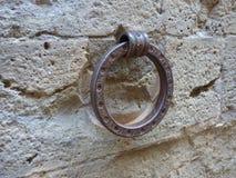 Żelazny pierścionek od średniowiecznych czasów ustawiających w kamienną ścianę zdjęcie stock