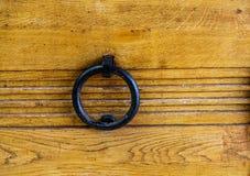 Żelazny pierścionek w Starym drewnie Obrazy Stock