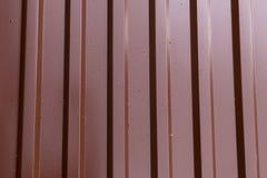 Żelazny profil gofrująca prześcieradło pionowo paralela wykłada brązu błyszczącego podstawowego przemysłowego tło obrazy stock