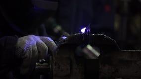 Żelazny spaw z jaskrawym światłem i dym przy produkcją klamerka Przemysłowego pracownika mężczyzna przy fabrycznym spawu zakończe zbiory