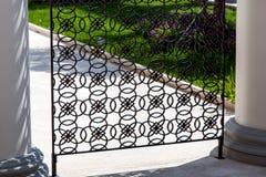 Żelazo fałszujący ogrodzenie z tradycyjnym włoszczyzna wzorem obraz stock