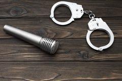 Żelazo kajdanki dla zatrzymywać przestępcy, mikrofon Zdjęcie Stock