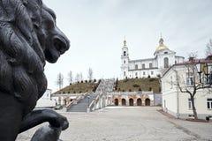 Żeliwny zabytek lew przy katedrą Obraz Stock