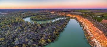 Żlobić piaskowcowych brzeg Murray rzeka przy półmrokiem obraz royalty free