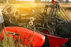 Żniwiarza rolnictwa maszyna i zbierać w ryż odpowiadamy działanie zdjęcie stock