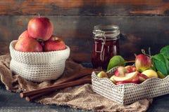 Żniwo jabłka w koszu przygotowywał dla gotować dżem w spadku na stole wieśniak Obraz Stock