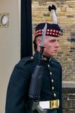 Żołnierz Królewski pułk chroni wejście Ed Szkocja w pełnym smokingowym mundurze Edynburg Szkocja, Czerwiec - 2nd, 2012 - fotografia stock