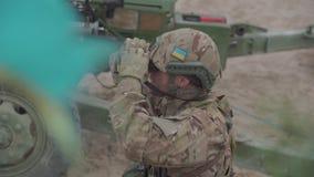 Żołnierz patrzeje z jego lornetkami 4K wideo zbiory