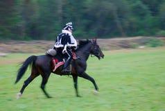 Żołnierz target659_1_ konia przy dziejowym reenactment Zdjęcia Royalty Free