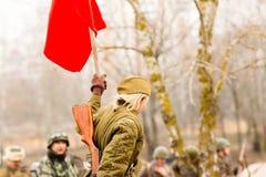 Żołnierz USSR z czerwoną flaga fotografia stock