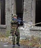 Żołnierz z miękka część lotniczym pistoletem fotografia stock