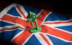 Żołnierz zabawki na Zjednoczone Królestwo flaga państowowa Obraz Royalty Free