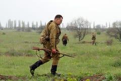żołnierza śródpolny idzie sowieci ww2 Obraz Stock