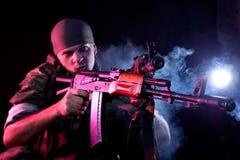 żołnierza agresywny karabinowy mundur Obraz Royalty Free