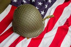 Żołnierza ` s hełm i czasy Drugi wojna światowa i USA zaznaczamy Obrazy Stock