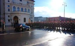 Żołnierze Austriacki wojsko na strażniku honoru prowadzenie omijanie rzędu pojazdami Jeden wejścia Hofburg P obrazy royalty free