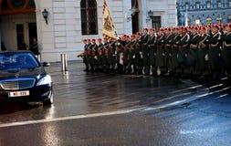 Żołnierze Austriacki wojsko na strażniku honoru prowadzenie omijanie rzędu pojazdami Jeden wejścia Hofburg P zdjęcie royalty free