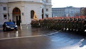 Żołnierze Austriacki wojsko na strażniku honoru prowadzenie omijanie rzędu pojazdami Jeden wejścia Hofburg P zdjęcie stock
